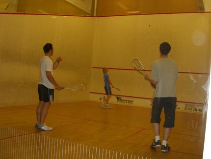 Squash geht auch zu dritt...