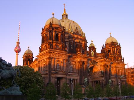 Der Berliner Dom mit Fußball-Fernsehturm